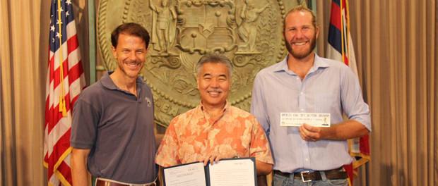 Hawaii Governor Signs Bill to Raise Smoking Age to 21